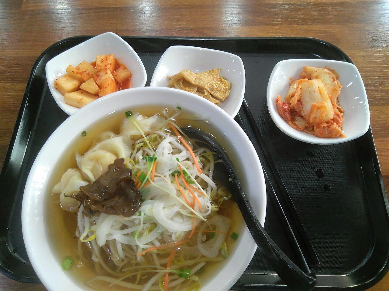 وجبة مكونة من أرز وخضار بالإضافة إلى كيمتشي وبعض البحريات